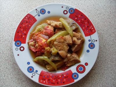 Υγιεινό και νόστιμο πιάτο με κοτόπουλο και λαχανικά