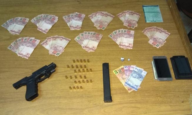 Homens fogem de blitz em Nova Lima e policiais encontram pistola em painel falso
