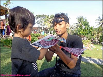Bermain layangan di tanah lot Bali