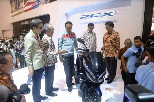 Presiden Jokowi_Saat_Kunjungi_Botth_Honda_IMMS