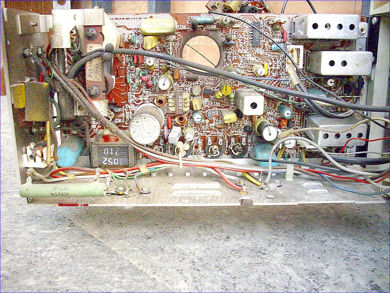 Obsolete Technology Tellye Philips I12t720 02 Positano Input And Output Coupling Bipolar Junction Transistors Electronics In One Embodiment The Current Control Device Is Implemented As An Npn Transistor Bjt Having A Collector Electrode Forming Node