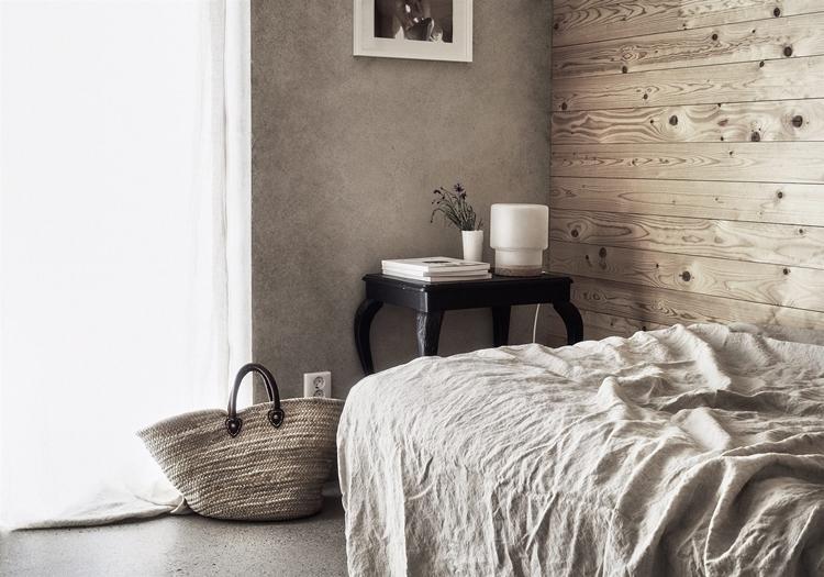 mesita-vintage-pared-madera-capazo-dormitorio-habitacion-estilo-nordico-decoracion-nordica