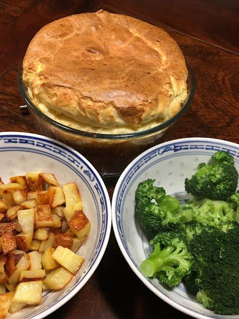 kaassoufflé uit de oven met gebakken aardappeltjes en broccoli