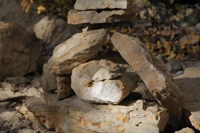 Cairn équilibriste sur la falaise de Cormot (Bourgogne)