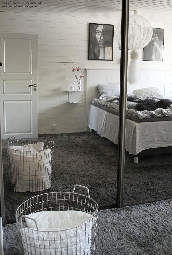 annelies design, webbutik, sovrum, tavla, tavlor, poster, posters, tavelvägg, lampa, fårskinn, sängbord, fjäderblommor, rosa, gammelrosa, spegeldörrar, skjutdörr, skjutdörrar, platsbyggd garderob