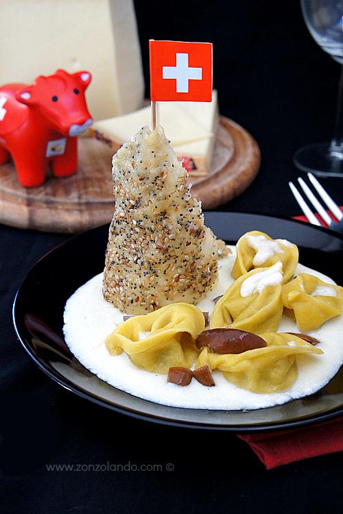 Cappelletti ripieni di funghi e formaggio con fonduta ricetta primo piatto tortelli - Cheese and mushroom ravioli recipe
