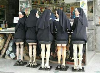 Foto. Cinco freiras sentadas lado a lado e de costas em bancos de um bar de rua. O assento de cada banco, escuro e franzido remete a uma minissaia e as criativas pernas dos banquinhos, reproduzem um par de pernas femininas bem torneadas com meias sete oitavos, algumas com transparência e todas com sapatos de saltos altos. O trio central, conversa. As freiras das extremidades observam à esquerda.  Curiosidade que circula na Net: As irmãs Mary Catherine, Maria Theresa, Katherine Marie, Rose Francisca e Mary Kathleen saíram de um convento do interior dos EUA em pleno verão para um compromisso na Catedral de St. Patrick, em Nova York.  Aproveitaram então para conhecer as redondezas. Como estava quente e úmido na cidade e seus trajes tradicionais provocavam o maior desconforto, decidiram parar no Pub de Patty McGuire para aliviar o calorão com uns refrigerantes. As cinco freiras sentaram-se no bar ao ar livre quando o Monsenhor Rodrigues e o Padre McGinty depararam-se com a insólita cena.