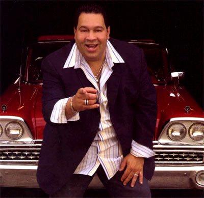 Foto de Tito Nieves delante de un auto