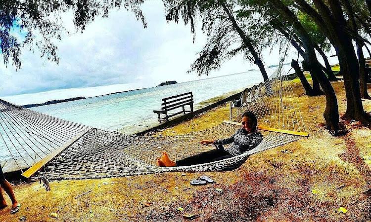 berteduh, beristirahat dan bersantai di pulau dolphin