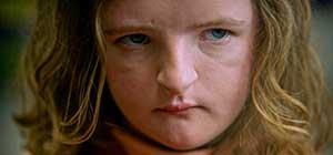 Hereditary, secuencia de la película con niña rarita en primer plano