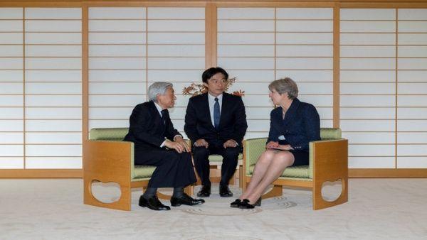 Primera ministra británica se reúne con emperador japonés
