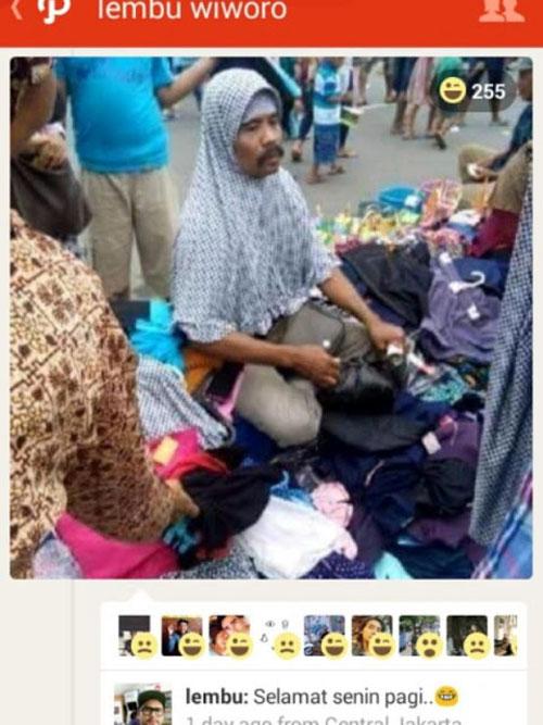Foto Bapak-Bapak Kumisan Jualan Jilbab di Tanah Abang Ini Bikin Heboh Netizen