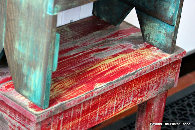 Pallet stool, salvaged wood, free wood, chippy paint, http://bec4-beyondthepicketfence.blogspot.com/2016/05/1-pallet2-stools.html