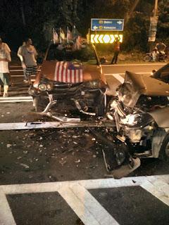 Gambar sebuah Perodua Kembara milik Felda yang remuk setelah bertembung dengan sebuah kereta di Felda Lui Barat