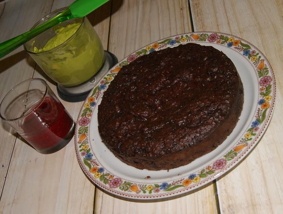 Brownie z burakami i kremem z awokado