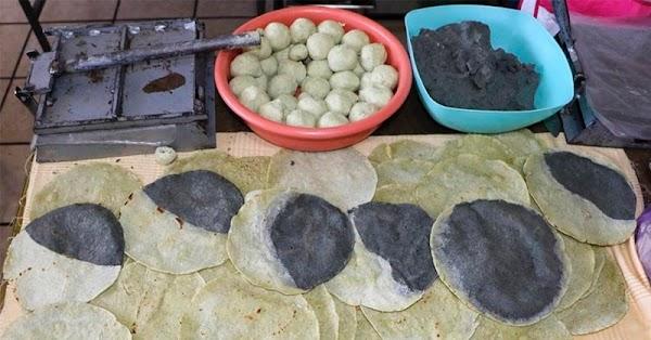 Fueron un éxito las tortillas 'eclipsadas' de masa blanca y masa azul.