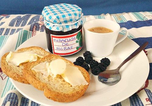 Un desayuno completo con una exquisita mermelada