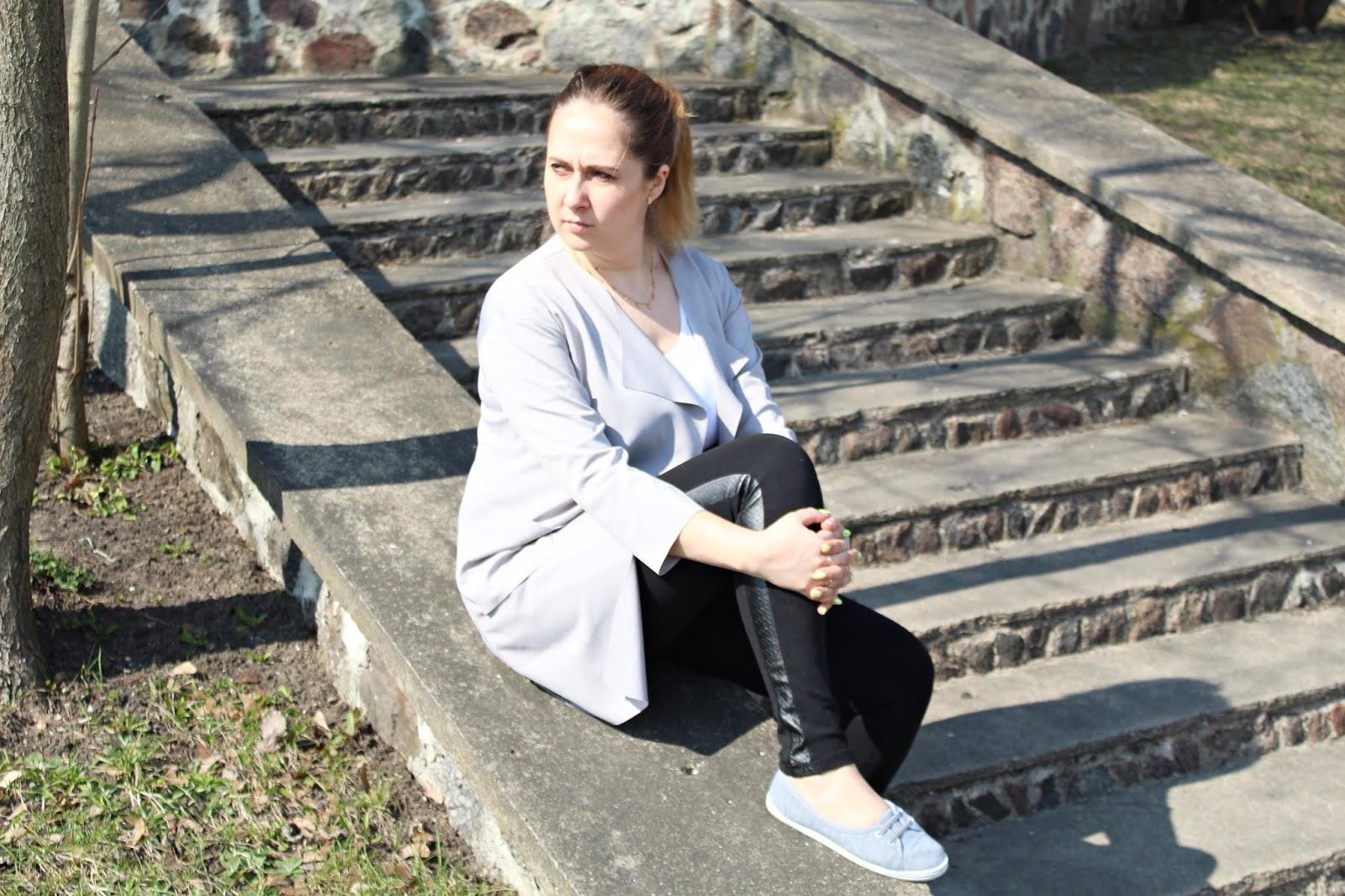 Szary wiosenny trencz, botki i body - wiosenny luźny look - Dresslily & BonPrix