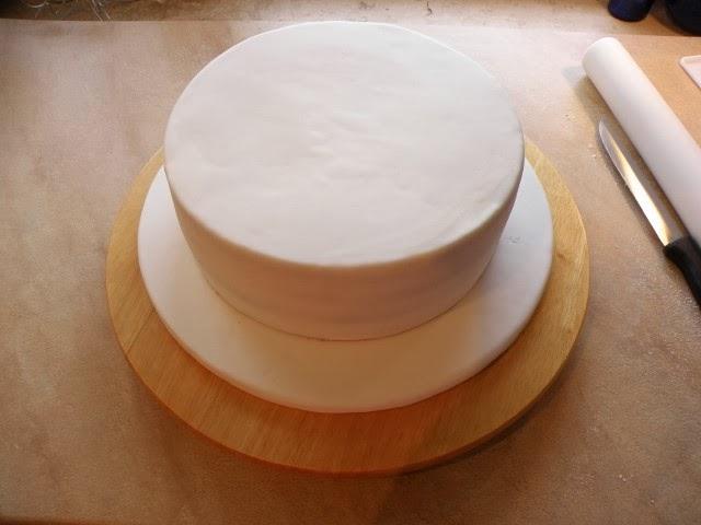 Motivtorte, Fondant, Tortenplatte, Cake Board, Eindecken mit Fondant, Überziehen einer Torte mit Fondant