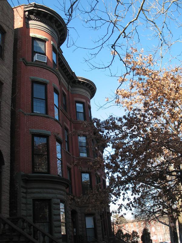 Carroll Gardensissa on brownstone-rakennusten lisäksi paljon upeita  punatiilitaloja 8e61c87646