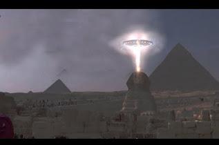 Μυστηριώδες φως πάνω από αρχαία πυραμίδα της Αιγύπτου το 2017