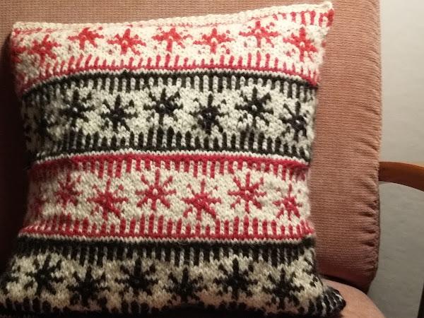 Neulottu joulutyyny - Knitted Christmas cushion