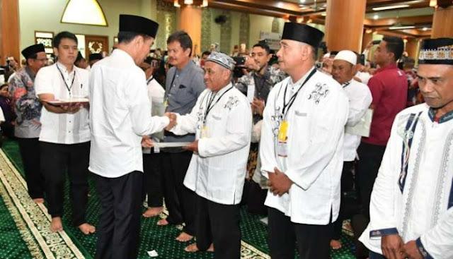 Bagikan Sertifikat di Masjid, Jokowi Dinilai Politisasi Tempat Ibadah