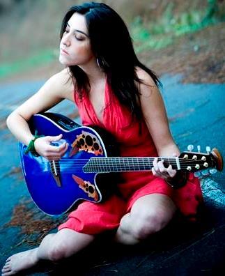 Foto de Mariana Vega tocando su guitarra