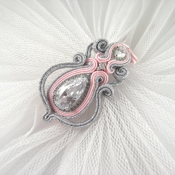 Bransoletka ślubna sutasz w kolorze pastelowego różu.