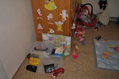 dezordine jucarii in camera copilului