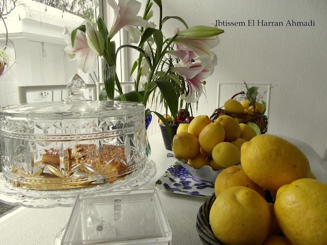 Préparer la meringue, avec un batteur à grande vitesse, monter le blanc d'œufs en neige    Mélanger la maïzena au sucre, ajouter le mélange sucre maïzena  au blancs avec le vinaigre en 3 fois en battant bien après chaque ajout, jusqu'à complète dissolution du sucre et formation d'une neige ferme et luisante    A l'aide   d'une cuillère verser la meringue sur la crème au citron ,mettre la tarte au four pendant environ 30 minutes ,jusqu'à ce que la meringue soit bien dorée