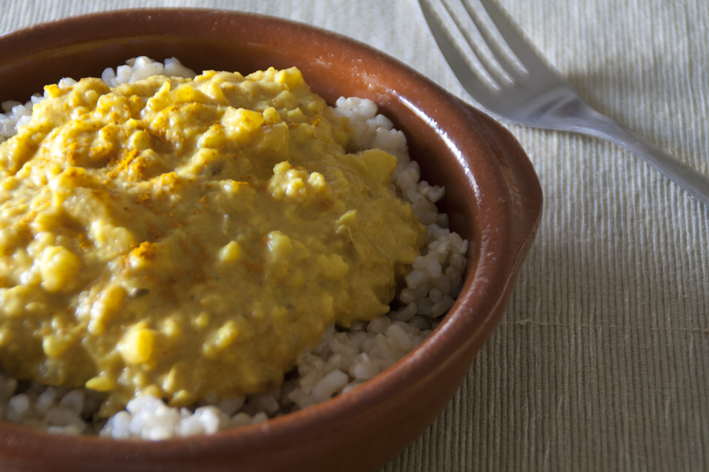 Arroz con salsa de coliflor al curry