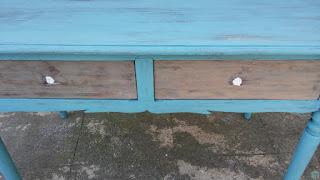 Dettaglio dei cassetti e applicazione stucco restauro tavolo scrivania shabby chic