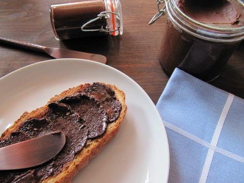 Crema de cacao y avellanas untada en pan