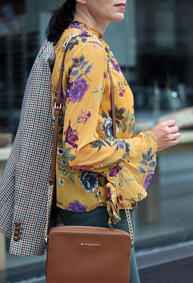 Bluzki w kwiaty wciąż modne