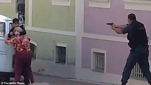 Αστυνομικοί σκότωσαν ληστή που κρατούσε όμηρο ηλικιωμένη (βίντεο)