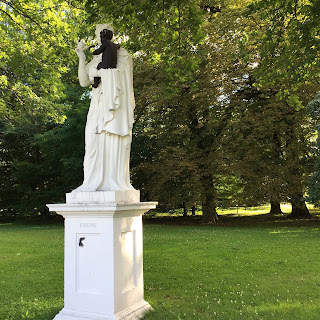 Bemalte Eirene Statue in der Kasseler Karlsaue