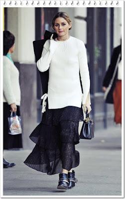 オリヴィア・パレルモ(Olivia Palermo)は、ビショップアンドヤングのリブニットセーター、オリヴィア・パレルモ + チェルシー28コラボのアコーディオンプリーツミディスカート、フェンディのミニハンドバッグとフレダサルヴァドールのアンクルブーツを着用。