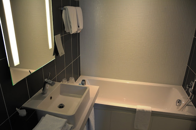 Suite Novotel Paris bathroom