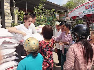 Ngọc Trinh phát gạo từ thiện