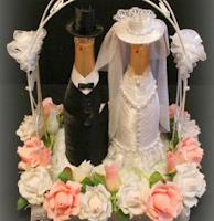 Свадебная композиция из шампанского и конфет