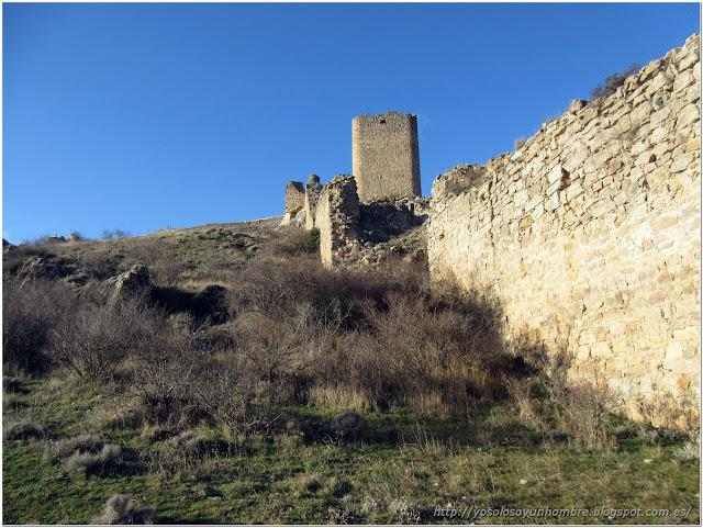 Bordeando las murallas del castillo