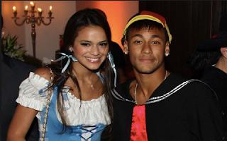 Desde que Bruna Marquezine se reaproximou de Neymar na Olimpíada (com patrocínio e tudo...), o jogador tem tentado andar na linha. Ele prometeu fidelidade, tem evitado as marias chuteiras (mandou até barrar a mulherada na área VIP de uma festa de comemoração da medalha de ouro do futebol masculino só para agradar a atriz e provar que ele mudou).