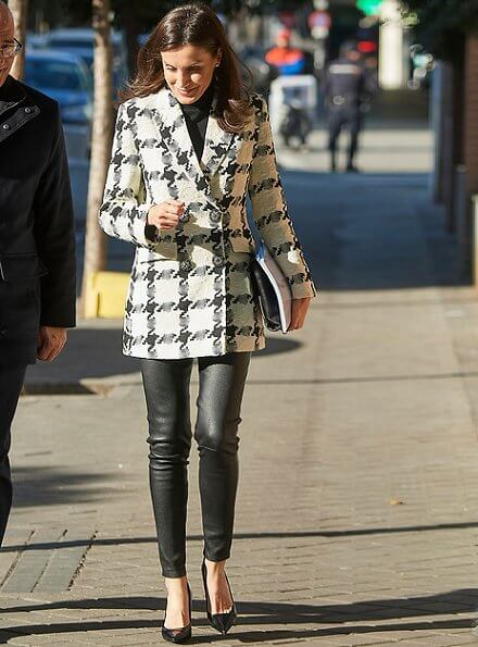 Queen letizia wore a houndstooth blazer by Uterque, and black leather pants by Uterque. Prada leathers shoes. The Spanish Federation of Rare Diseases