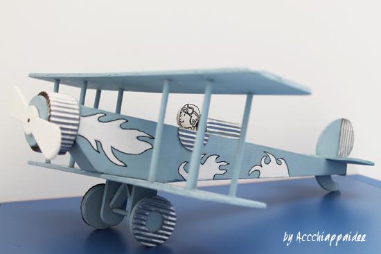 dettaglio biplano di legno montato e decorato con acrilici