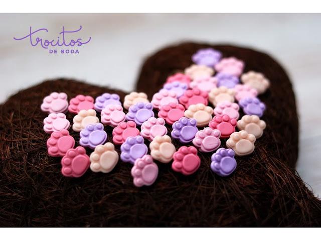 Tonos lilas y rosas para estas huellitas de perro