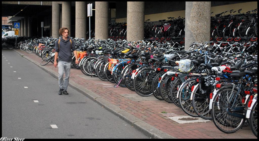 La centralización de grandes aparcamientos de bicis en una única estación lleva a situaciones urbanísticas incontrolables en Utrech