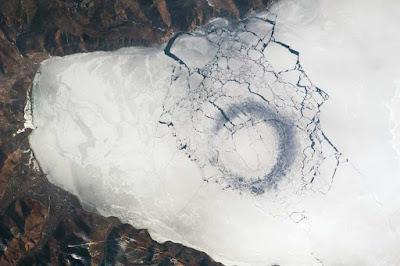 Il cerchio di ghiaccio del lago Baikal