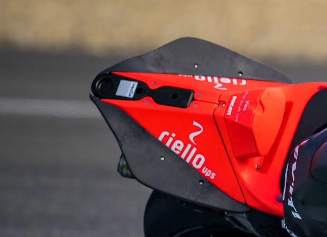 Masih liar menikung setelah trek panjang lurus, Ducati mencoba winglet ekor dan swingarm bar pada Desmosedici GP19