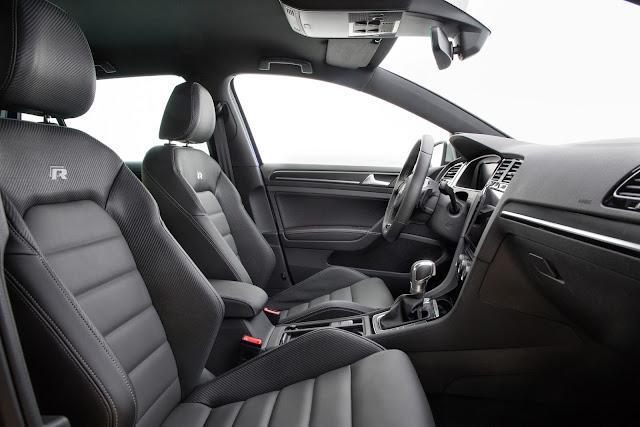 Interior view of 2018 Volkswagen Golf R